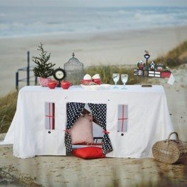 Une nappe qui transforme la table en cabane d'enfant