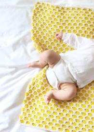 Couverture bébé en tricot jaune - We are knitters